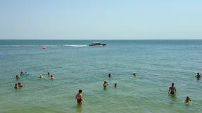 O mar verão E Nadada dos povos no mar video estoque