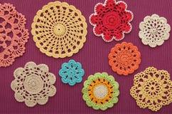 O maravilhosos coloridos fazem crochê doilies Fotografia de Stock Royalty Free