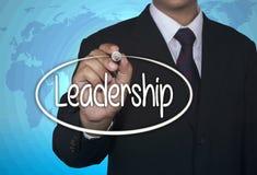 O marcador da escrita da imagem do conceito e escreve a liderança sobre a luz - fundo azul com mapa do mundo Foto de Stock