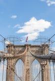 O marco famoso novo de York's, ponte de Brooklyn com americano Foto de Stock Royalty Free