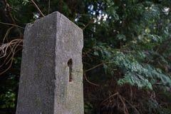 O marco miliário rochoso envelhecido com um número um implorou na pedra como um símbolo do começo/começo Imagens de Stock Royalty Free