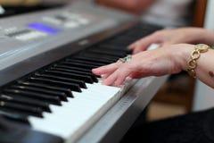 O marfim branco e as chaves pretas de um piano É um índice real da música da alma Chave preto e branco Soun do jogo Fotos de Stock