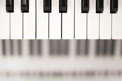 O marfim branco e as chaves pretas de um piano fotografia de stock
