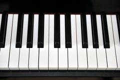 O marfim branco e as chaves pretas de um piano Foto de Stock Royalty Free
