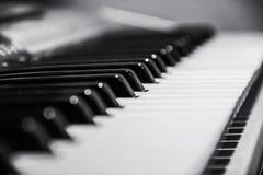 O marfim branco e as chaves pretas de um piano Imagem de Stock Royalty Free
