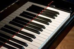 O marfim branco e as chaves pretas de um piano Foto de Stock
