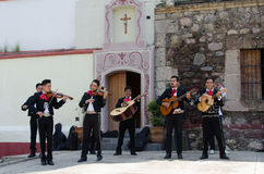O Mariachi une-se na frente da igreja Imagens de Stock Royalty Free