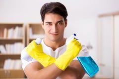 O marido do homem que limpa a esposa de ajuda da casa imagem de stock