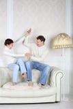 O marido e a esposa felizes sentam-se e luta imagens de stock royalty free