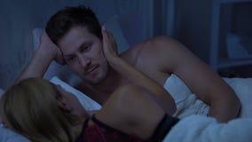 O marido e a esposa na cama, senhora que toca maciamente equipam o mordente, relações românticas filme