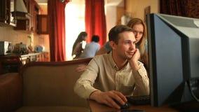 O marido obtém trabalho frustrante no computador em casa quando suas crianças e esposa felizes cozinharem junto no filme