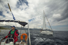 O marinheiro participa na regata 11o Ellada 2014 da navigação Fotografia de Stock Royalty Free