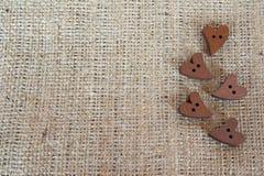 O marrom de madeira abotoa corações na serapilheira com espaço para o texto foto de stock royalty free