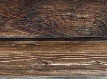 O marrom dois escuro resistiu ao efeito de um fundo chamuscado da base da placa da paralela da madeira Imagem de Stock