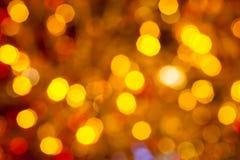 O marrom escuro amarelo e o vermelho borraram luzes de Natal Imagens de Stock