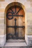 O marrom velho resistiu à porta de madeira com decoração do ferro Fotos de Stock