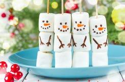 O marshmallow bonito do boneco de neve estala a ideia da arte do alimento para crianças Foto de Stock