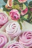 O marshmallow cor-de-rosa delicado de Apple handcrafted no fundo claro felicite sinal da atenção Marshmallow, sobremesa foto de stock