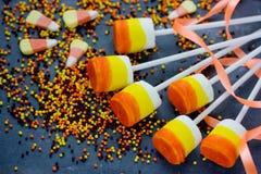 O marshmallow do milho de doces estala - trate no partido de Dia das Bruxas Fotografia de Stock Royalty Free