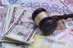 O martelo de madeira do juiz em dólares termina euro- cédulas Foto de Stock Royalty Free