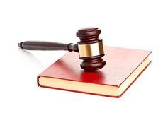 O martelo do juiz no livro legal vermelho fotografia de stock royalty free