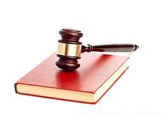 O martelo do juiz no livro legal vermelho imagem de stock