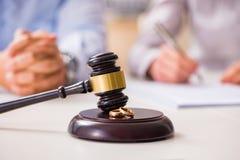 O martelo do juiz que decide no divórcio da união Foto de Stock