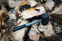 O martelo e os óculos de proteção demolem Fotografia de Stock