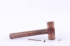 o martelo e a oxidação velhos de pequeno trenó da oxidação pregam a aderência usada na ferramenta branca do fundo isolada Fotografia de Stock Royalty Free
