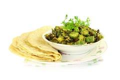 O masala indiano fritou o bhindi do quiabo ou o caril do ladyfinger com tortilha Fotos de Stock Royalty Free
