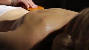 O massagista faz o acupressure em uma parte traseira fêmea Medicina tradicional chinesa vídeos de arquivo