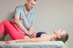 O massagista visceral manual masculino do terapeuta trata um paciente f?mea novo Edite os ?rg?os internos e a elimina??o de foto de stock royalty free