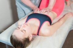 O massagista visceral manual masculino do terapeuta trata um paciente f?mea novo Edite os ?rg?os internos e a elimina??o de fotografia de stock royalty free