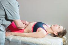 O massagista visceral manual masculino do terapeuta trata um paciente f?mea novo Edite os ?rg?os internos e a elimina??o de imagens de stock