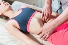 O massagista visceral manual masculino do terapeuta trata um paciente f?mea novo Edite os ?rg?os internos e a elimina??o de fotos de stock royalty free