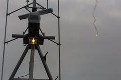 O mastro do navio em um dia nebuloso fotografia de stock