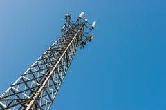 O mastro do transmissor contra o céu azul Imagens de Stock