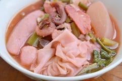 O material chinês da bolinha de massa triturou a carne de porco com bola de peixes e o calamar conservado na sopa vermelha Fotos de Stock Royalty Free
