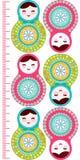 O matryoshka das bonecas do russo no fundo branco, cor-de-rosa e no azul colore a etiqueta da parede do medidor da altura das cri Fotos de Stock