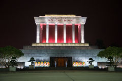 O mausoléu de Ho Chi Minh no fim da iluminação da noite acima Foto de Stock Royalty Free