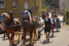 O Maypole tirado por cavalos chega Imagens de Stock Royalty Free