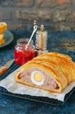 O meatloaf de Turquia com o ovo que enche-se em uma massa folhada serviu no wi fotografia de stock royalty free