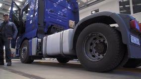O mecânico conduz diagnósticos da suspensão do caminhão video estoque