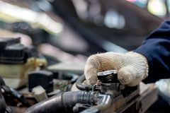O mecânico de carro está abrindo o tampão de radiador fotografia de stock