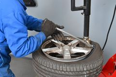 Close up da mudança do pneu Fotos de Stock