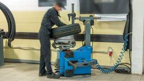 O mecânico de carro profissional substitui o pneu roda sobre dentro o timelapse do serviço de reparação de automóveis filme