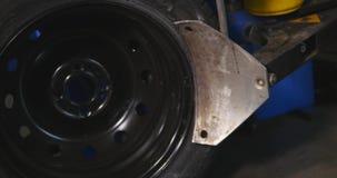 O mecânico de carro profissional substitui o pneu roda sobre dentro o timelapse do serviço de reparação de automóveis Roda de equ video estoque