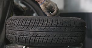 O mecânico de carro profissional substitui o pneu roda sobre dentro o timelapse do serviço de reparação de automóveis Roda de equ vídeos de arquivo