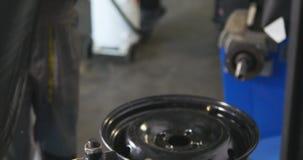 O mecânico de carro profissional substitui o pneu roda sobre dentro o timelapse do serviço de reparação de automóveis Roda de equ filme