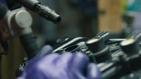 O mecânico está removendo a tampa do parafuso do motor vídeos de arquivo